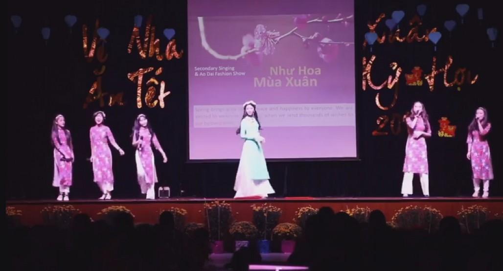Con gái Quyền Linh lần đầu catwalk với áo dài, thần thái như hoa hậu 1