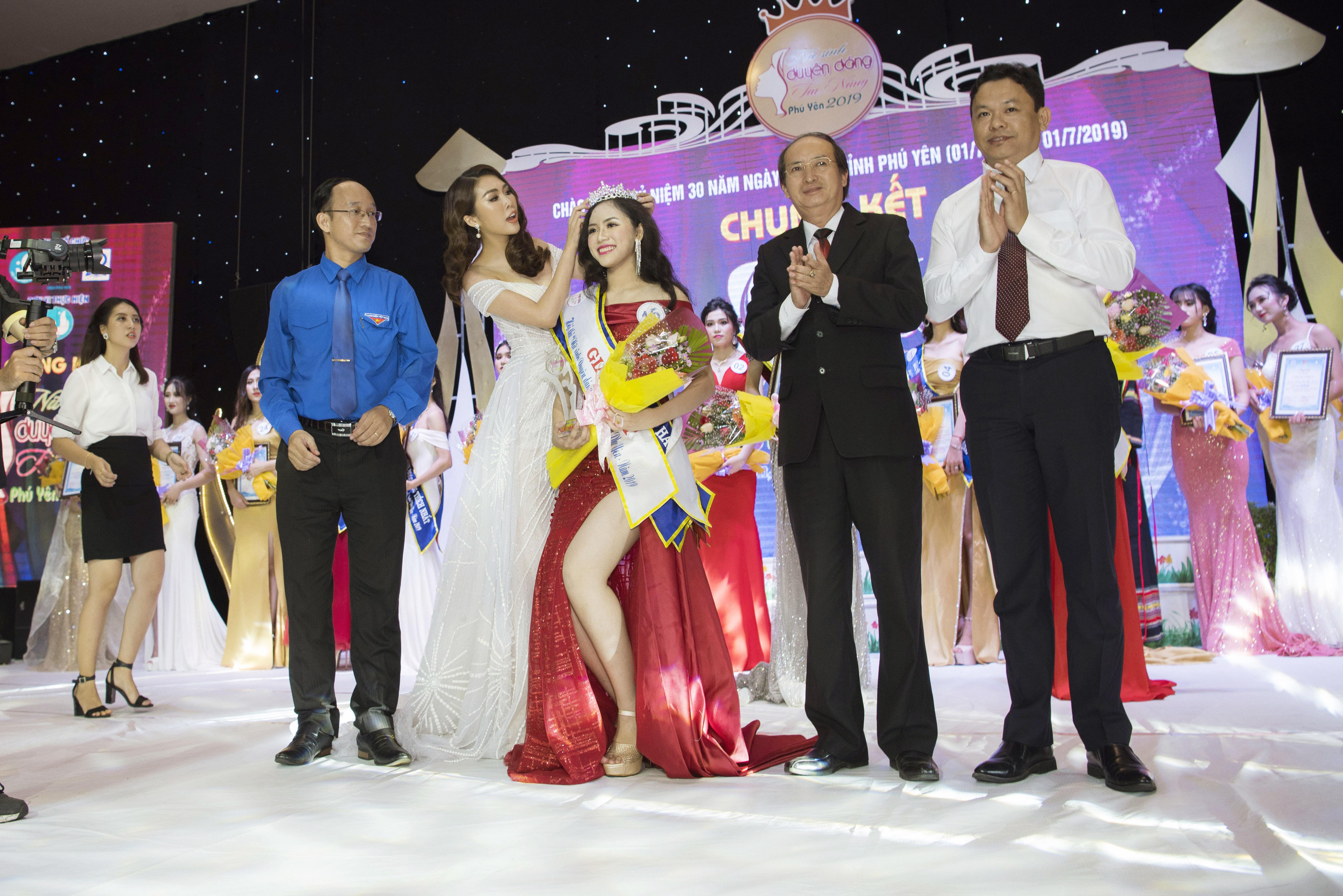 Hoa hậu Tường Linh xinh như công chúa làm giám khảo cuộc sắc đẹp tại quê nhà 7