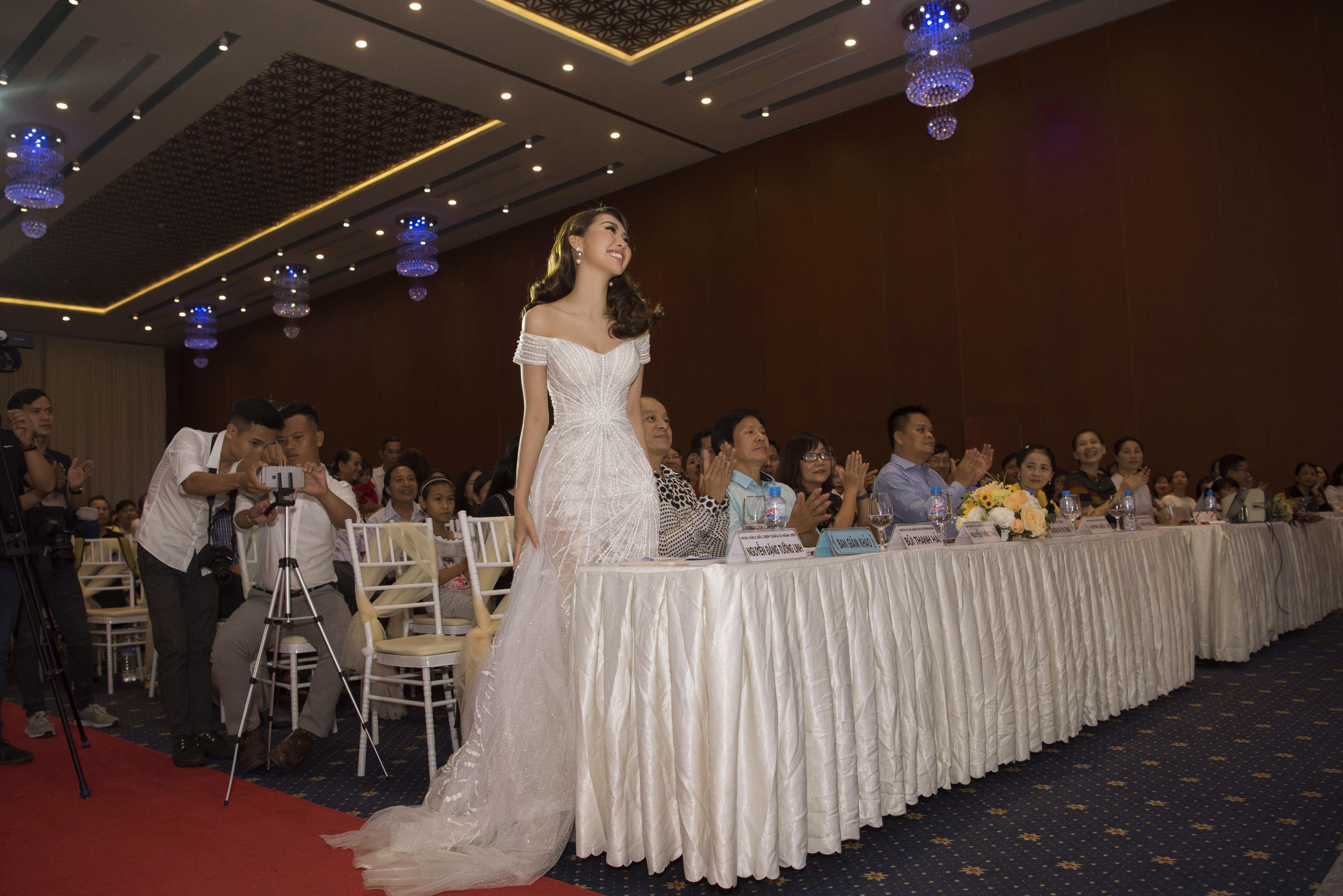 Hoa hậu Tường Linh xinh như công chúa làm giám khảo cuộc sắc đẹp tại quê nhà 5