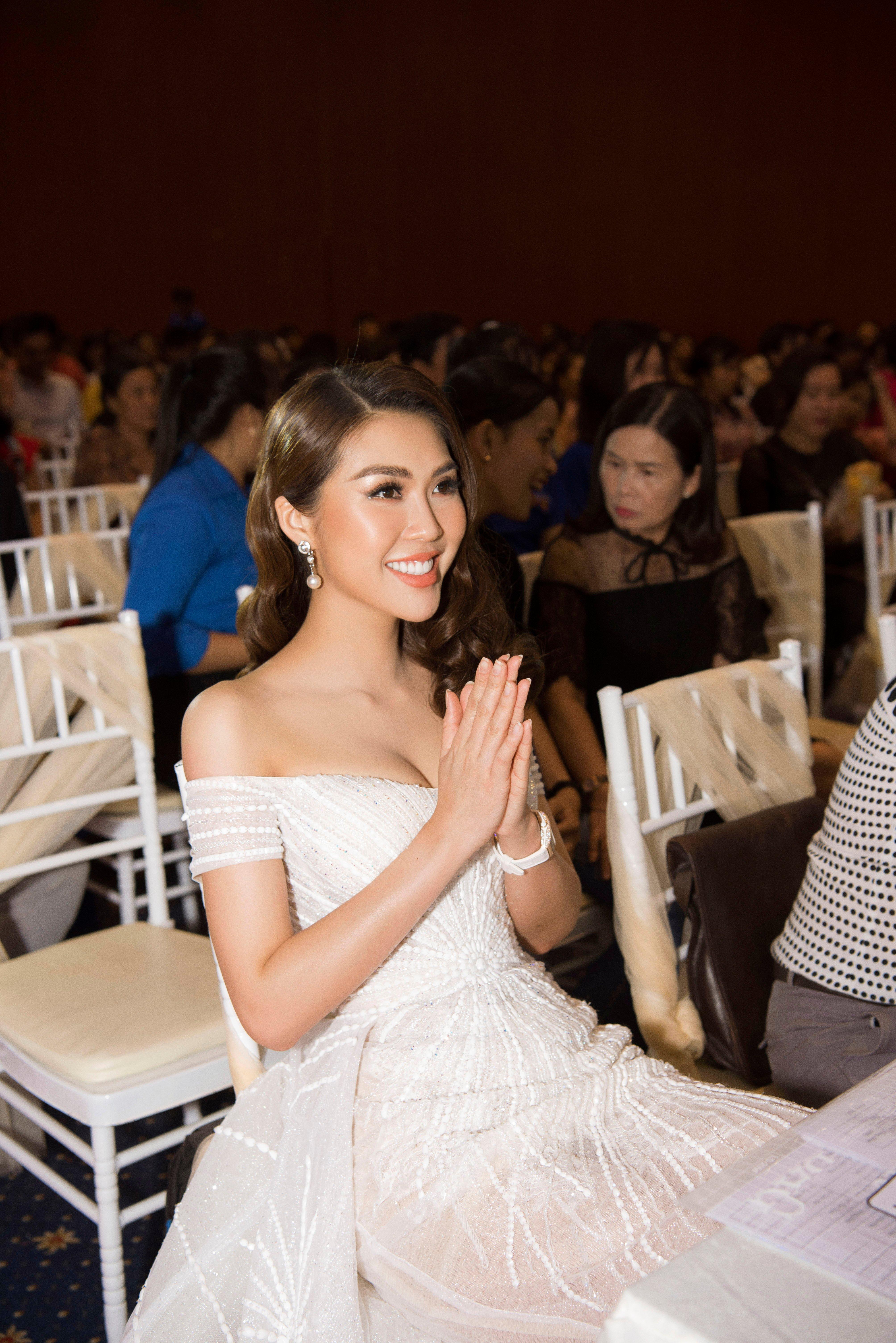 Hoa hậu Tường Linh xinh như công chúa làm giám khảo cuộc sắc đẹp tại quê nhà 4