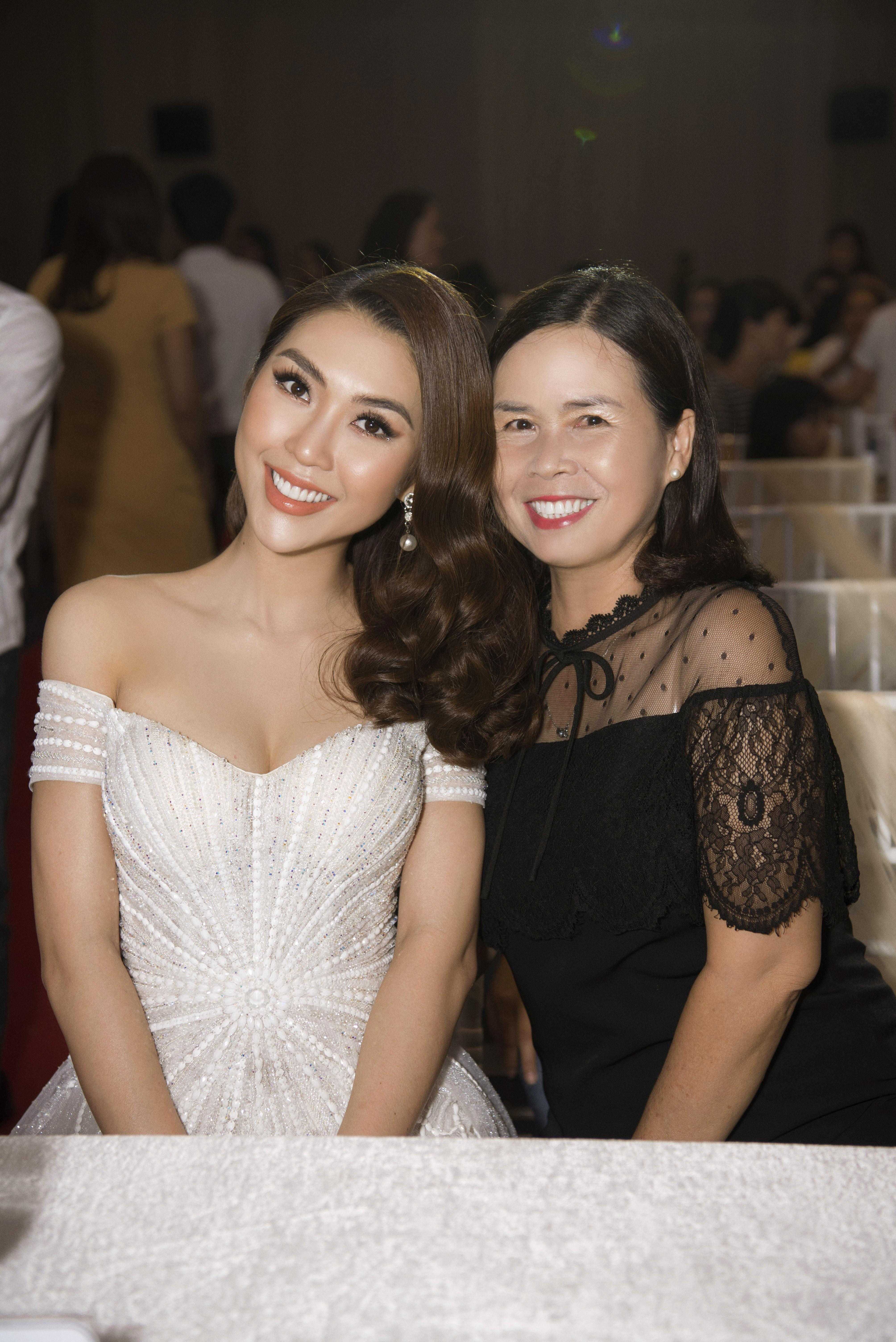 Hoa hậu Tường Linh xinh như công chúa làm giám khảo cuộc sắc đẹp tại quê nhà 3