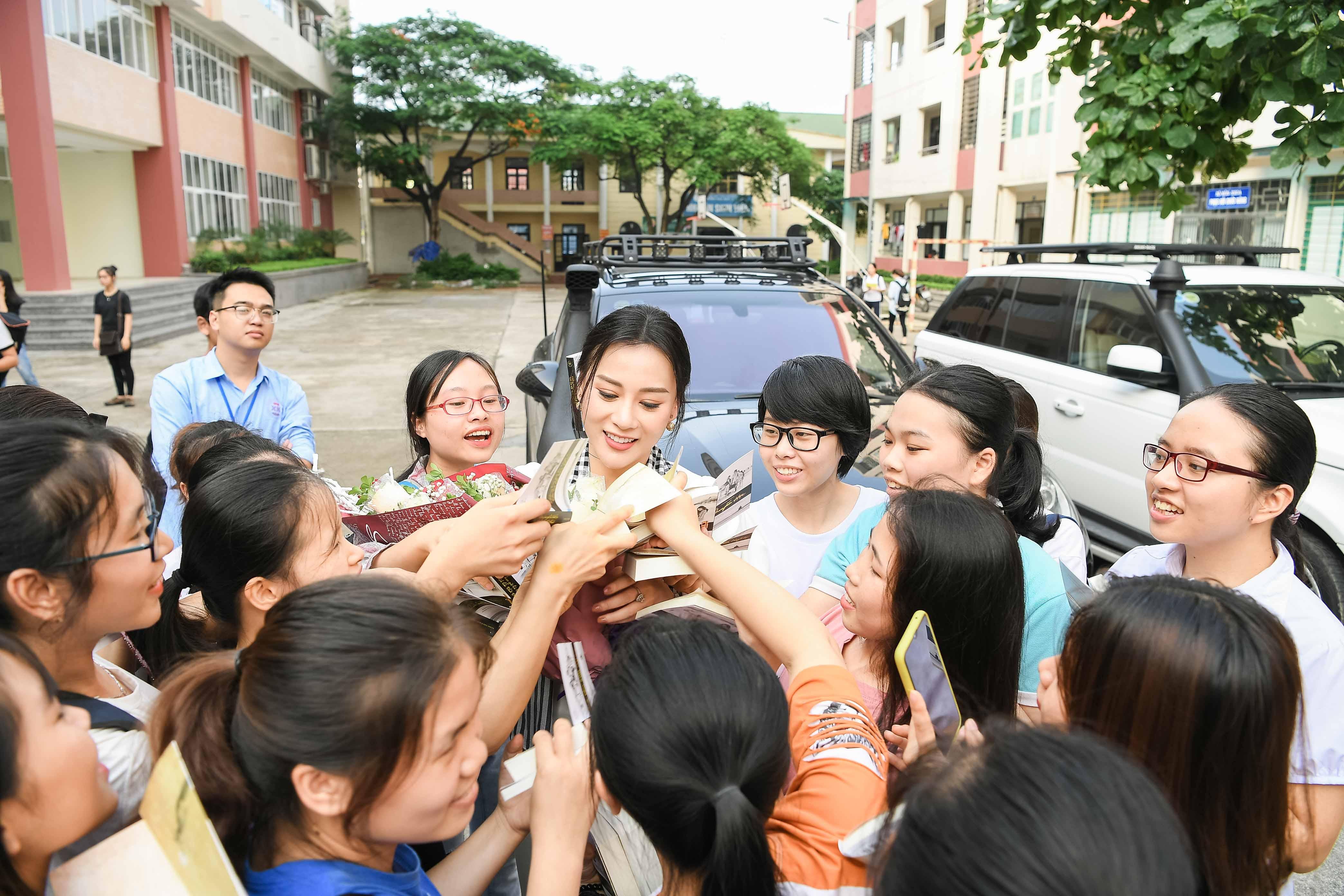 Xế sang của vua cafe Đặng Lê Nguyên Vũ đưa 'Quỳnh búp bê' đi sự kiện 3