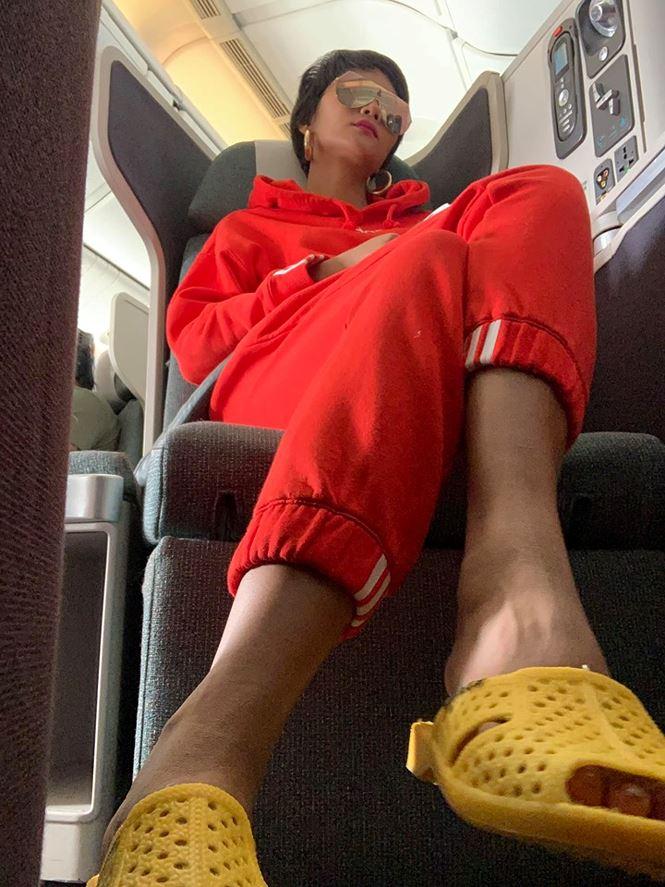 Hoa hậu H'hen Niê đi dép tổ ong huyền thoại sang Canada 2