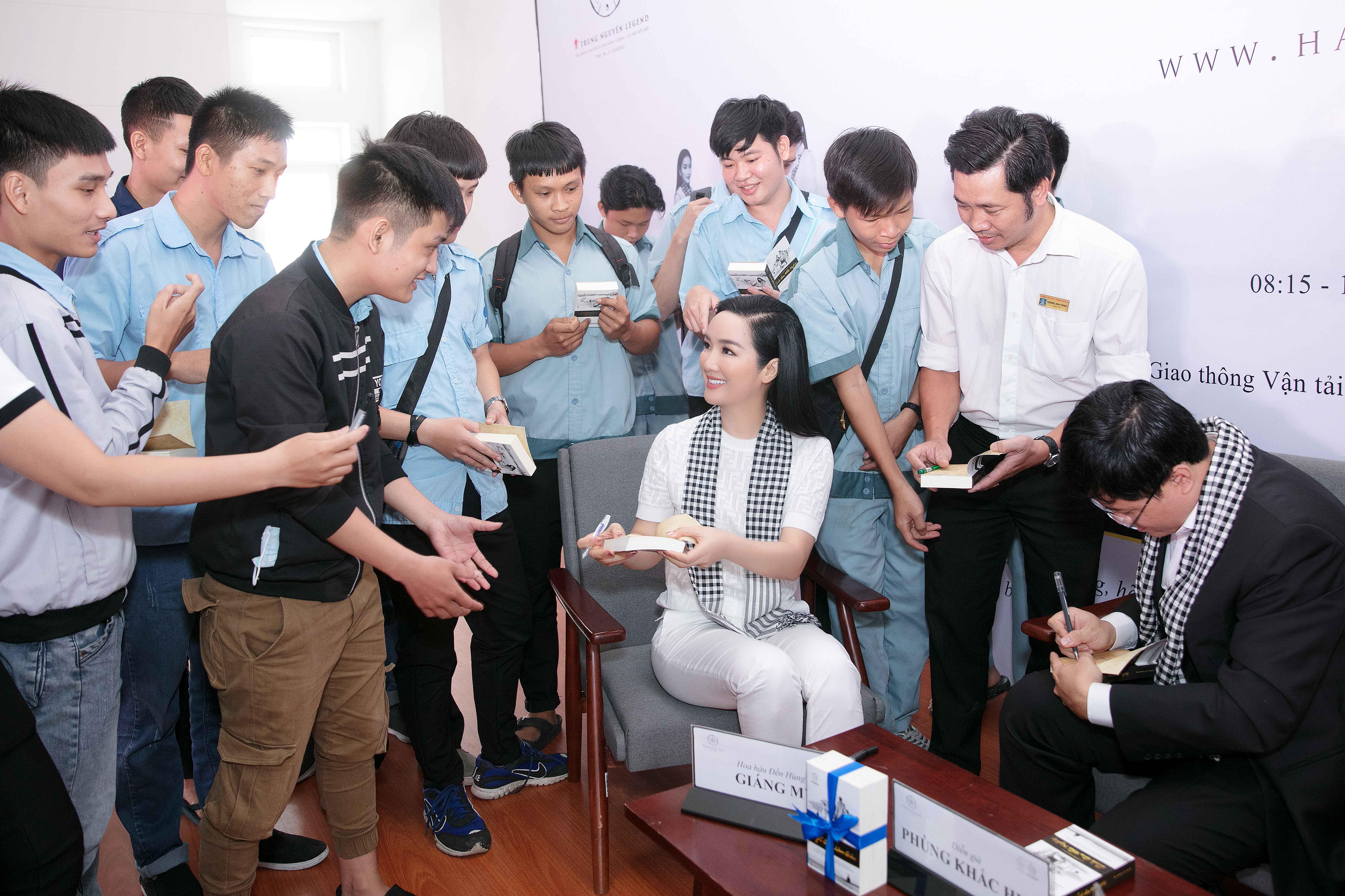 Siêu xe của vua cafe Đặng Lê Nguyên đưa 'mỹ nhân không tuổi' Giáng My đi sự kiện 6