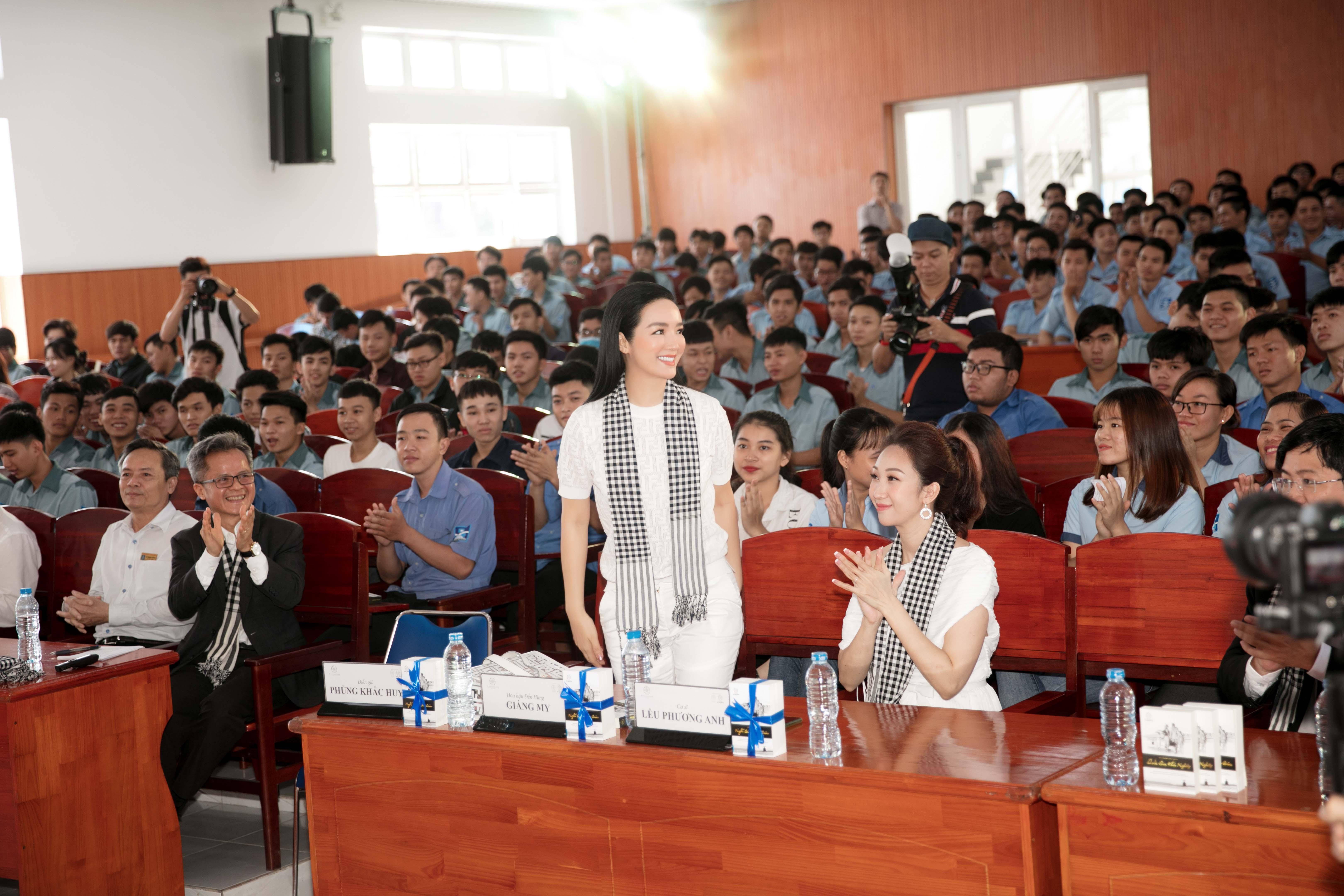 Siêu xe của vua cafe Đặng Lê Nguyên đưa 'mỹ nhân không tuổi' Giáng My đi sự kiện 3