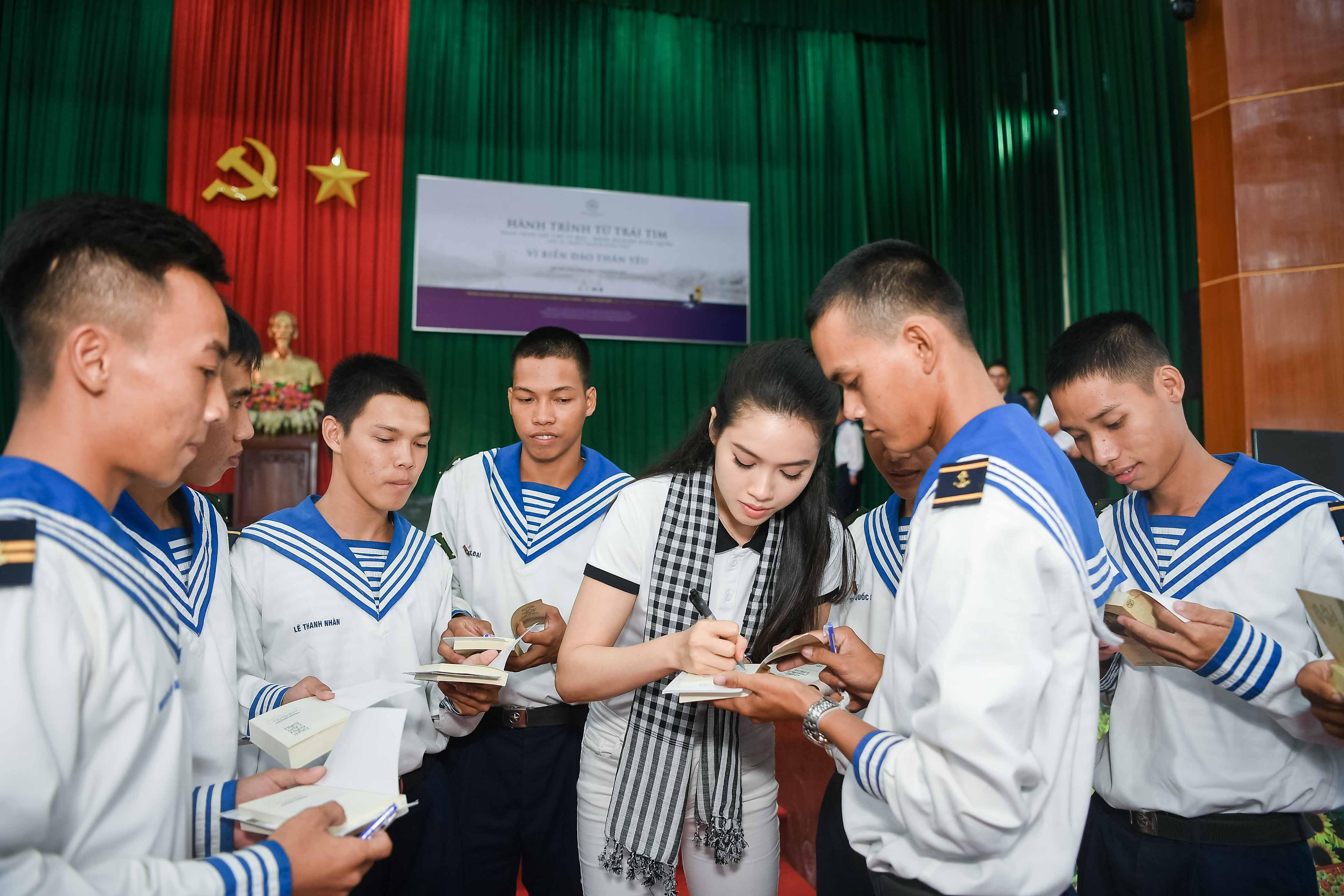 Hoàng Thùy Linh bất ngờ đi xế sang của vua cafe Đặng Lê Nguyên Vũ dự sự kiện 7