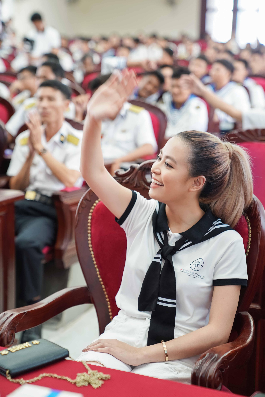 Hoàng Thùy Linh bất ngờ đi xế sang của vua cafe Đặng Lê Nguyên Vũ dự sự kiện 2