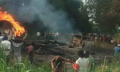 Nổ xe bồn tại Nigeria, 50 người 'hôi' xăng thiệt mạng 1