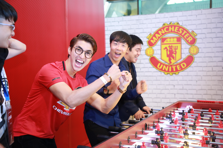 Diễn viên Bình An phấn khích khi được sao MU ký lên áo 1