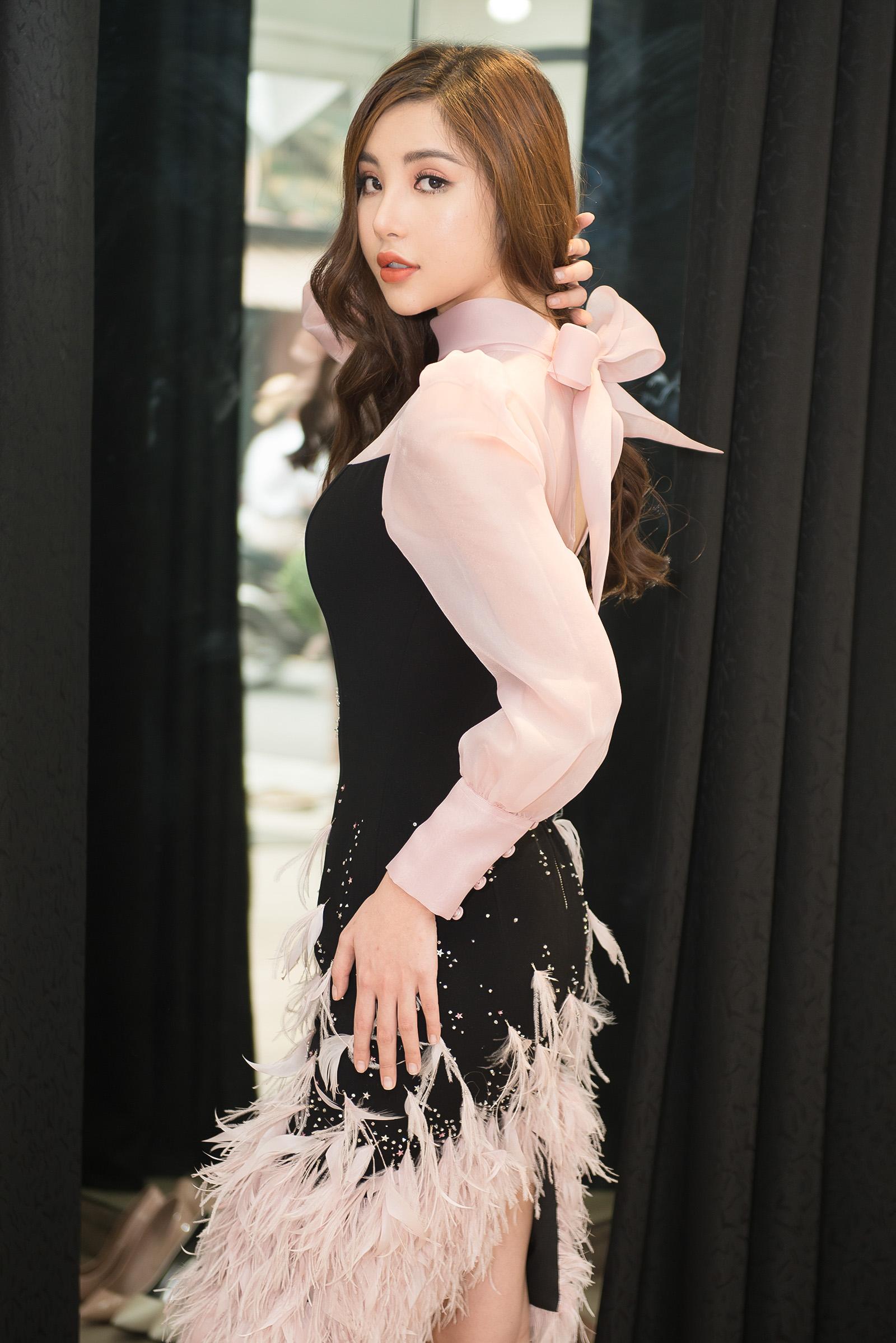 Mỹ Huyền tất bật chuẩn bị trang phục trước ngày lên đường thi Hoa hậu 5