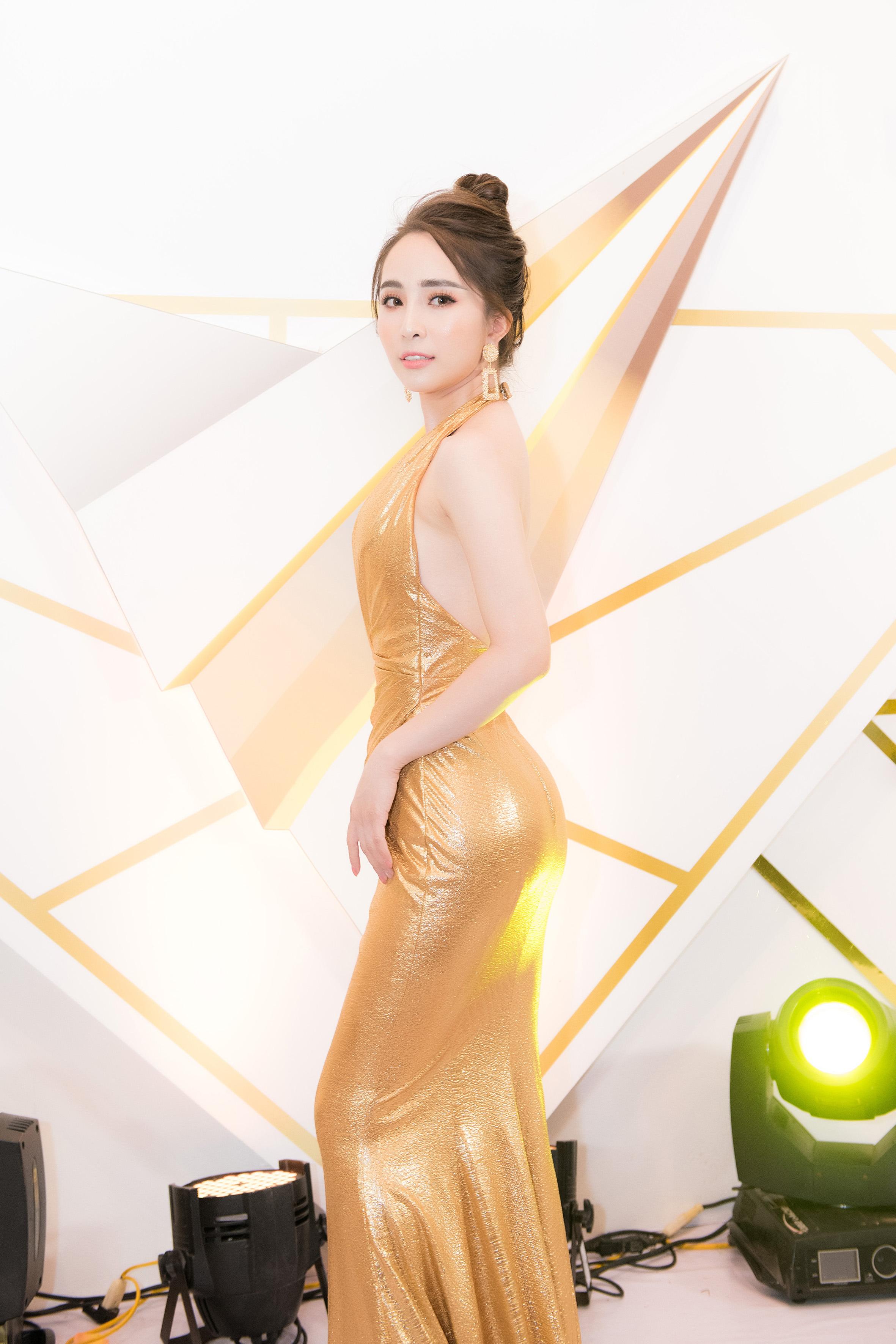 Quỳnh Nga khoe vẻ đẹp vạn người mê trên thảm đỏ VTV Award 2