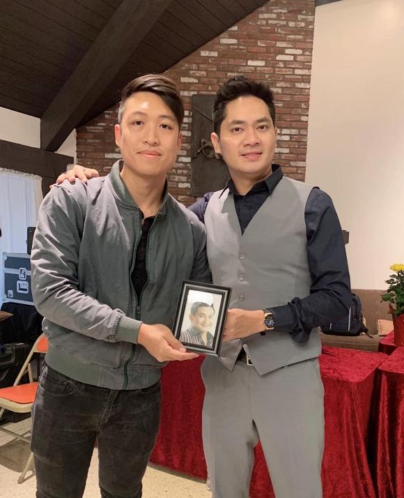 Minh Luân mang di ảnh của cố nghệ sĩ Anh Vũ đi giỗ tổ nghề tại Mỹ 1