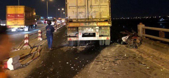 Lái xe container tông một người xuống sông Hồng ra trình diện 1