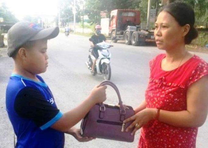 Thanh Hóa: Nam sinh lớp 7 nhặt được hơn 70 triệu đồng trả lại cho người đánh rơi 1