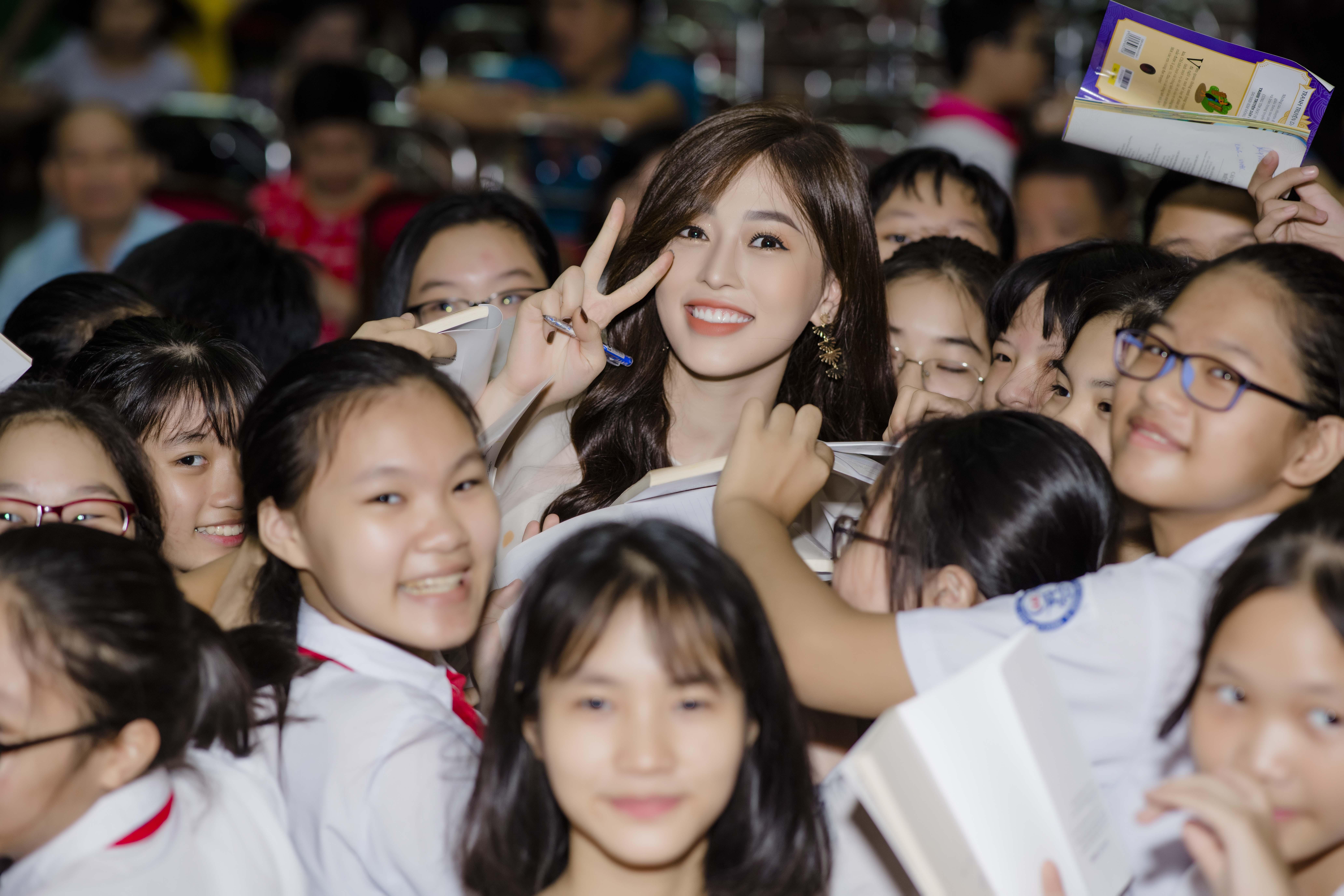 Á hậu Phương Nga khoe 'vẻ đẹp vạn người mê' đi sự kiện tại Hà Nội 5