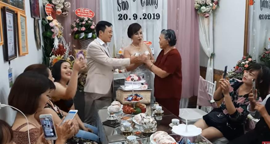 Cô dâu 62 tuổi kỷ niệm 1 năm ngày cưới với chú rể 26 3