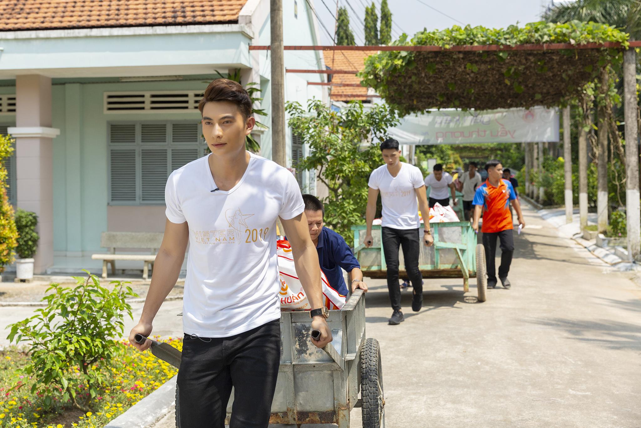 Hà Kiều Anh sánh vai Quán quân Mister Việt Nam Phạm Minh Quyền thăm người già neo đơn 4