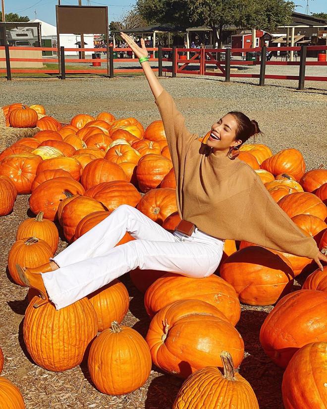 Phạm Hương vui vẻ đưa mẹ đi chơi Halloween trên đất Mỹ 2