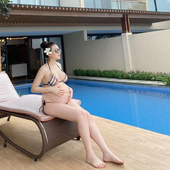 Cô dâu đeo vàng trĩu cổ tại Nam Định mặc bikini khoe bụng bầu vượt mặt 3