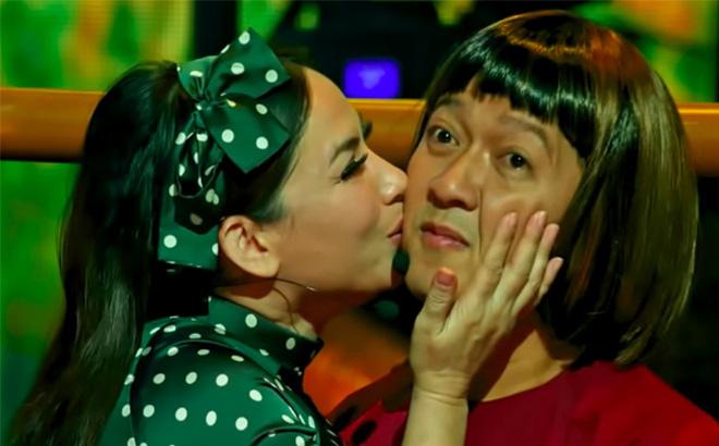 Phản ứng bất ngờ của Trường Giang khi được Phi Nhung ôm hôn thắm thiết 2