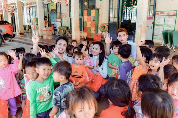 Quán quân Mister Việt Nam thăm 8 cô giáo trẻ đứng lớp không lương  5