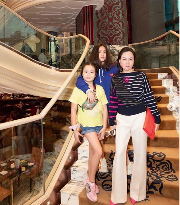 Con gái lớn của Phượng Chanel ra dáng thiếu nữ, mặc toàn đồ hiệu như mẹ 3