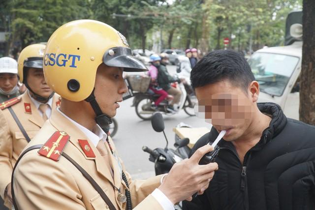 Uống chén rượu tất niên, tài xế lái xe bị phạt 4.5 triệu, tước GPLX 17 tháng 1
