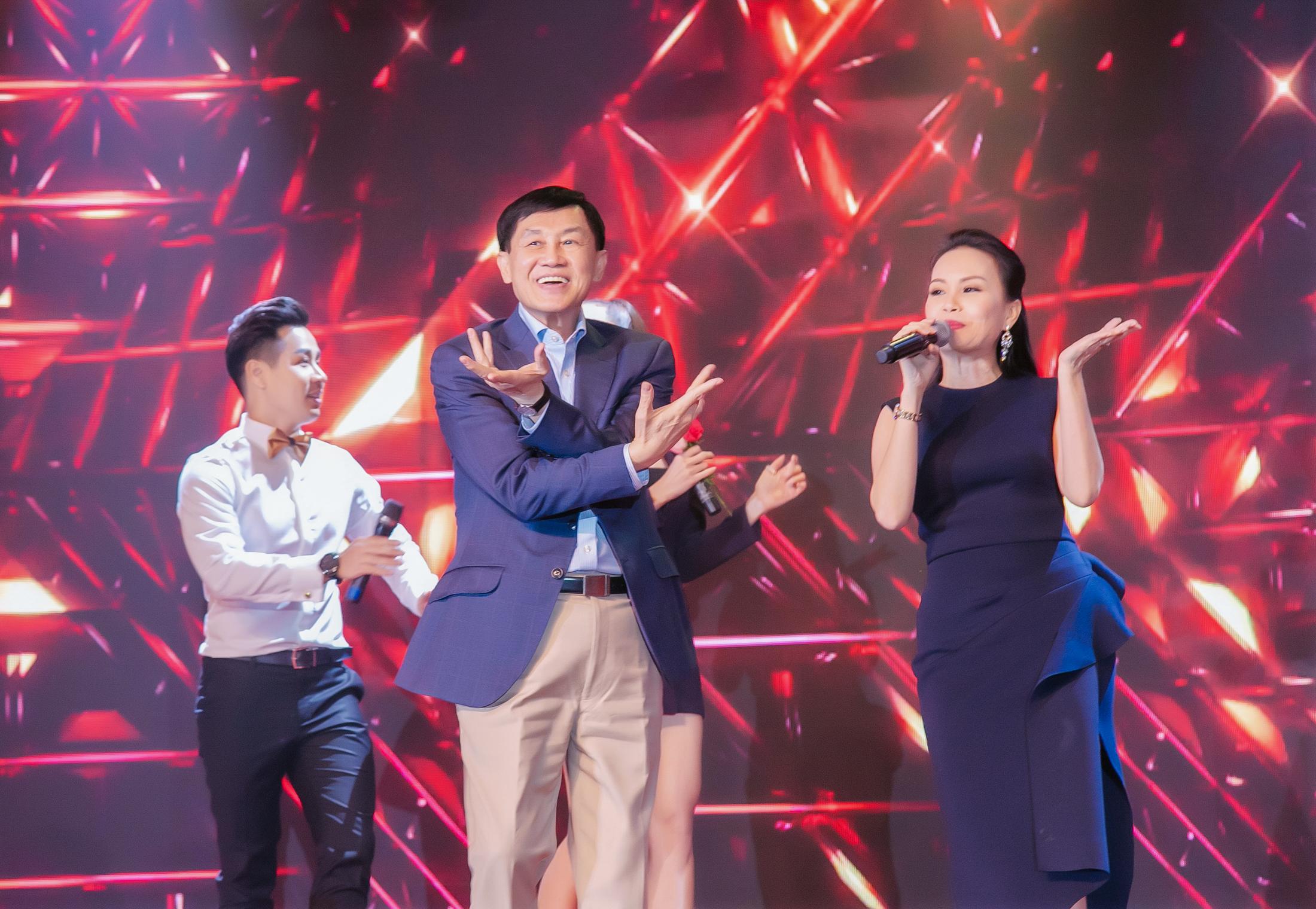 Hé lộ cuộc sống đời thường đầy bất ngờ của bố chồng Tăng Thanh Hà 3