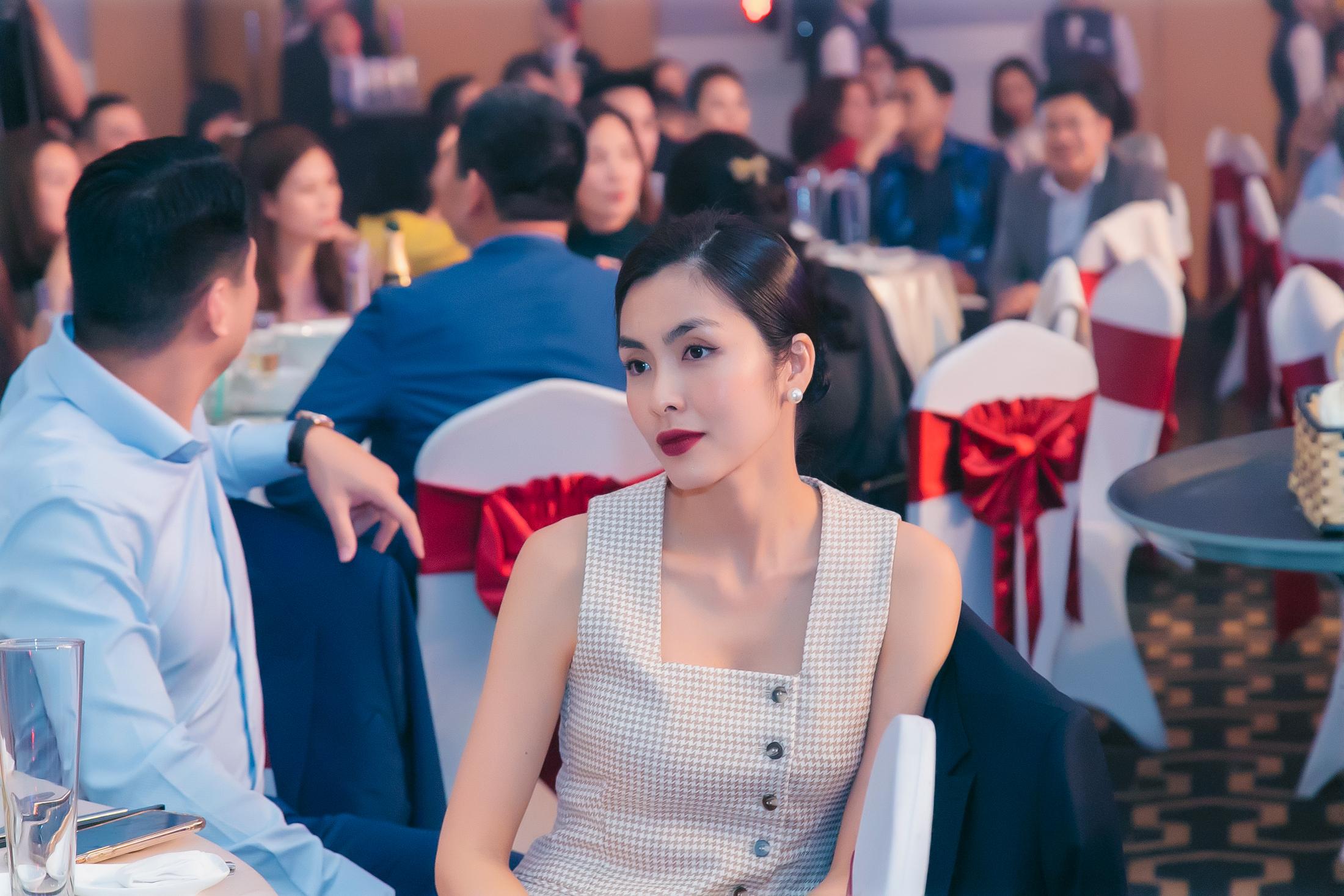 Tăng Thanh Hà khoe vẻ đẹp vạn người mê trong tiệc cuối năm của công ty bố chồng 2