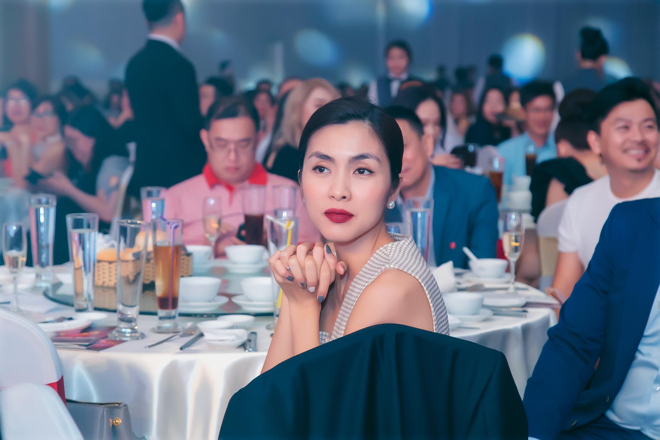 Tăng Thanh Hà khoe vẻ đẹp vạn người mê trong tiệc cuối năm của công ty bố chồng 1