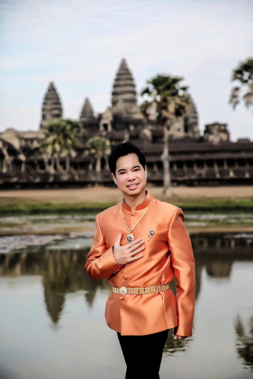 Ngọc Sơn đi Campuchia cầu an dịp đầu năm 1