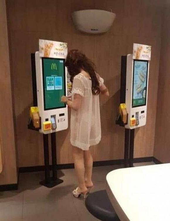 Mặc váy ngủ mỏng nhìn thấu cả nội y đi mua đồ, cô gái gây xôn xao MXH 1