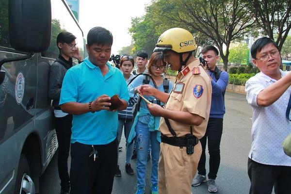 Nhiều tài xế ngỡ ngàng khi bị CSGT xử phạt người không thắt dây an toàn 1