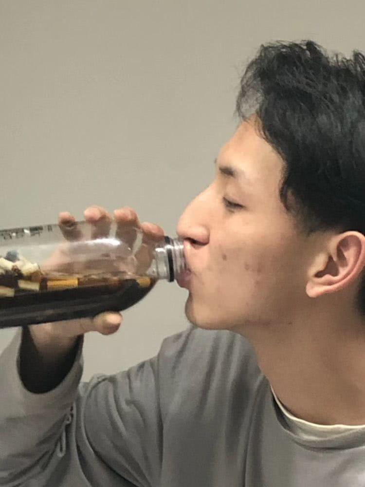 Nhận lời thách thức của bạn, nam sinh tu hết chai nước chứa đầu lọc thuốc lá để lấy 4 triệu 2