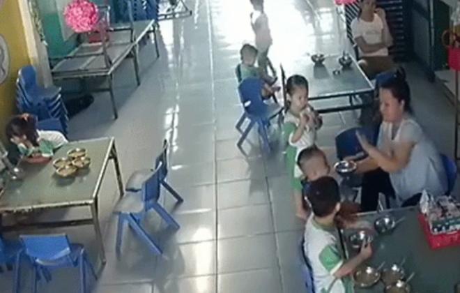 Cô giáo mầm non đánh đập bé trai 3 tuổi vì không nuốt kịp bị đình chỉ 1