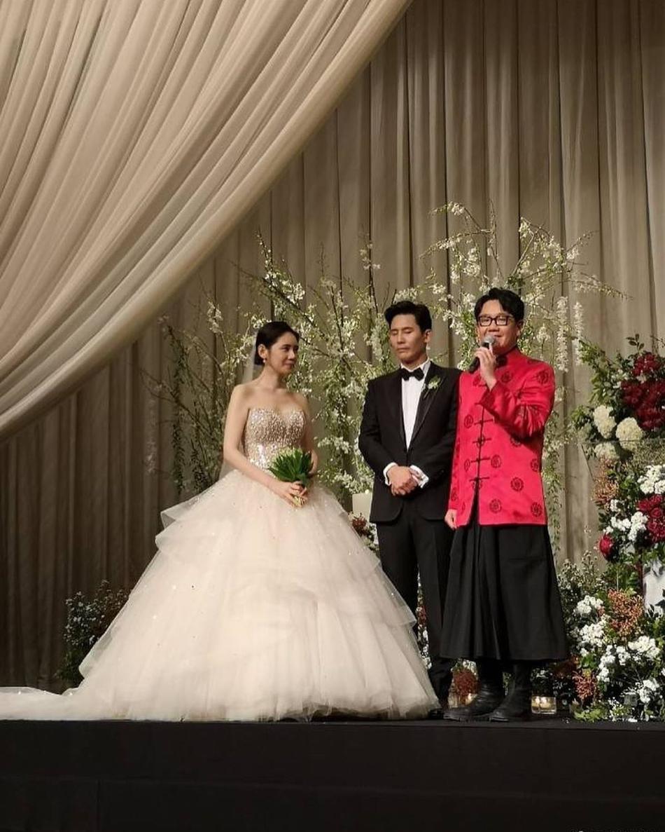Đám cưới thế kỷ của 'mẹ' Song Joong Ki, dân mạng nhận ra điều bất ngờ về bó hoa cưới 3