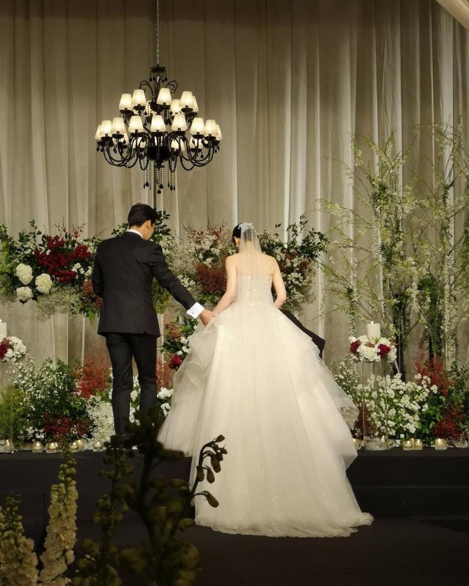 Đám cưới thế kỷ của 'mẹ' Song Joong Ki, dân mạng nhận ra điều bất ngờ về bó hoa cưới 1