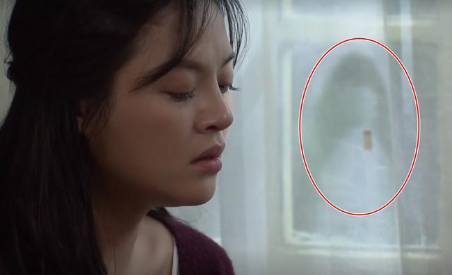 Phim 'Về nhà đi con': Bí ẩn về bóng lạ ngoài cửa số khi Thu Quỳnh đang khóc  2