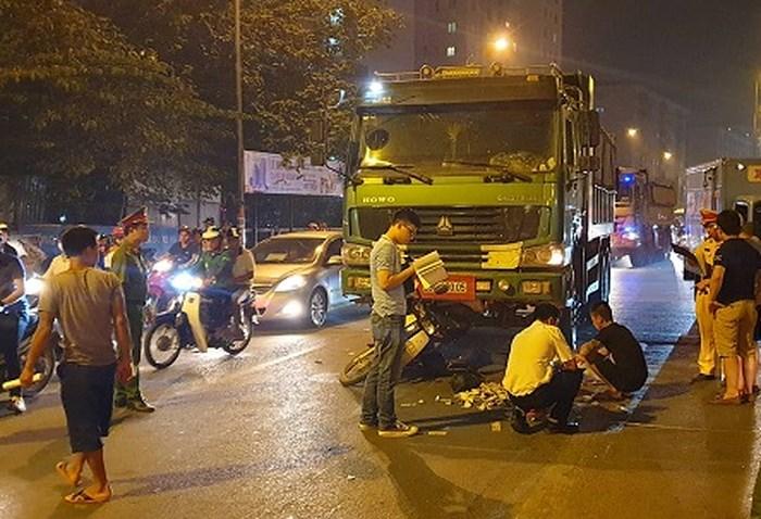 Dừng đèn đỏ, 2 phụ nữ bị xe tải cuốn vào gầm ở Hà Nội, 1 người tử vong 1