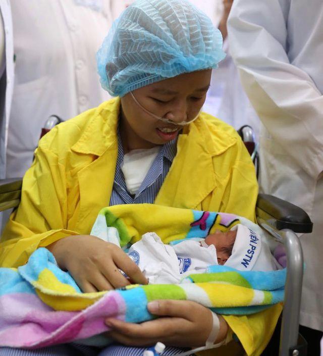 Xúc động trước giây phút người mẹ ung thư vú được gặp lại con sau 20 ngày sinh 1