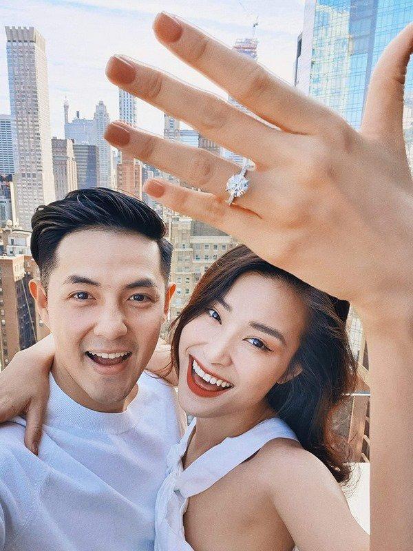 Đông Nhi đăng hình nhẫn đính hôn, dân mạng 'soi' ra điều bất thường 1