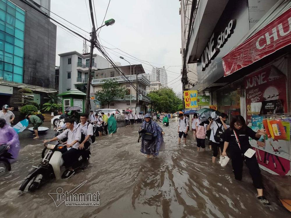 Hà Nội biến thành sông sau cơn mưa khiến hàng loạt xe chết máy lúc tan tầm 5