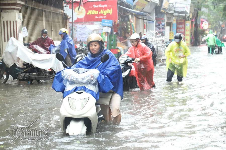 Hà Nội biến thành sông sau cơn mưa khiến hàng loạt xe chết máy lúc tan tầm 4