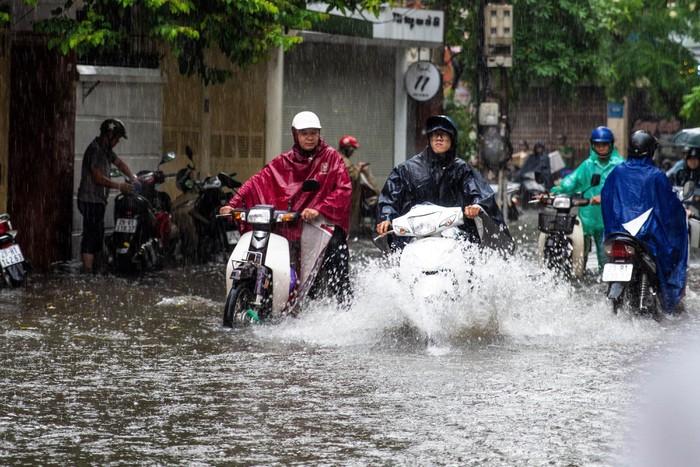 Hà Nội biến thành sông sau cơn mưa khiến hàng loạt xe chết máy lúc tan tầm 2