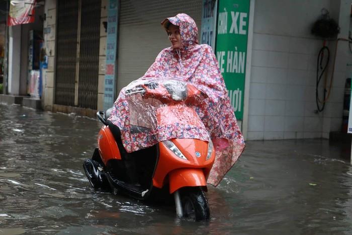 Hà Nội biến thành sông sau cơn mưa khiến hàng loạt xe chết máy lúc tan tầm 1