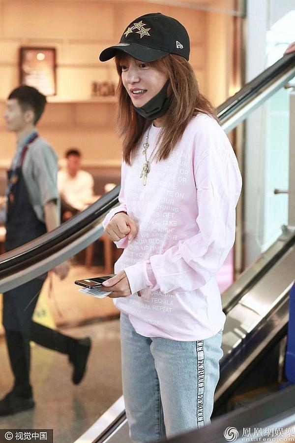 Triệu Vy gây sốc khi lộ ảnh quần áo luộm thuộm nhăn nheo tại sân bay 2