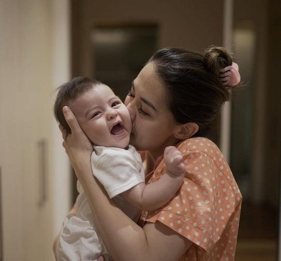 'Mỹ nhân đẹp nhất Philippines' gây sốt với hình ảnh bà mẹ bỉm sữa 'nghiện' con 2