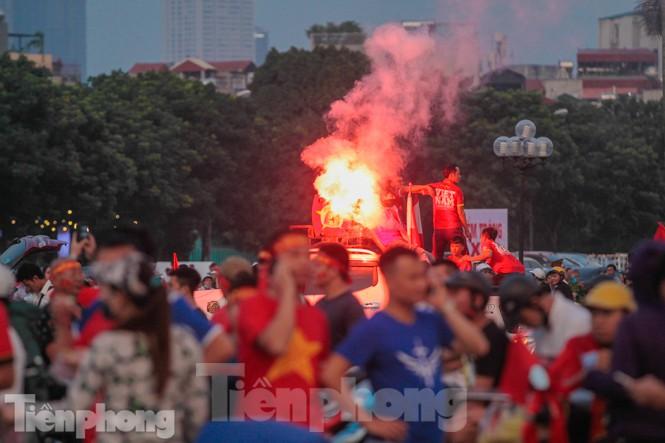 Pháo sáng tiếp tục xuất hiện tại SVĐ Mỹ Đình trước trận đấu giữa Việt Nam - Malaysia 4