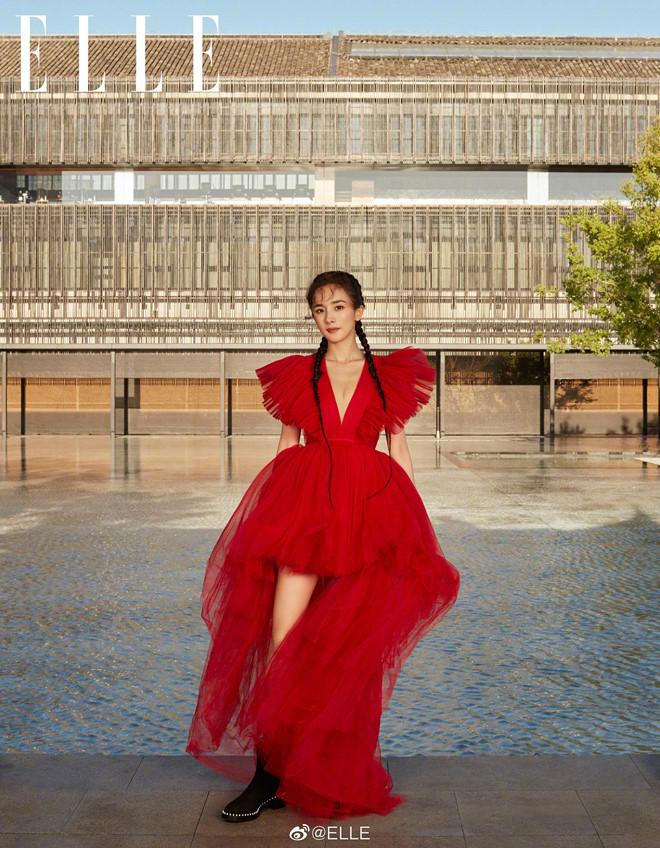 Diện váy xẻ ngực táo bạo, Dương Mịch lại 'đụng hàng' với Kendall Jenner 2
