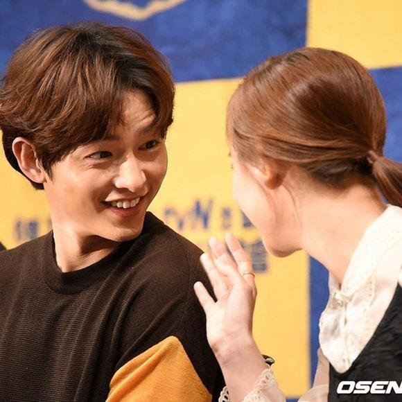 Song Joong Ki liên tục được 'đẩy thuyển' với nữ thần 'Hậu duệ mặt trời' 5